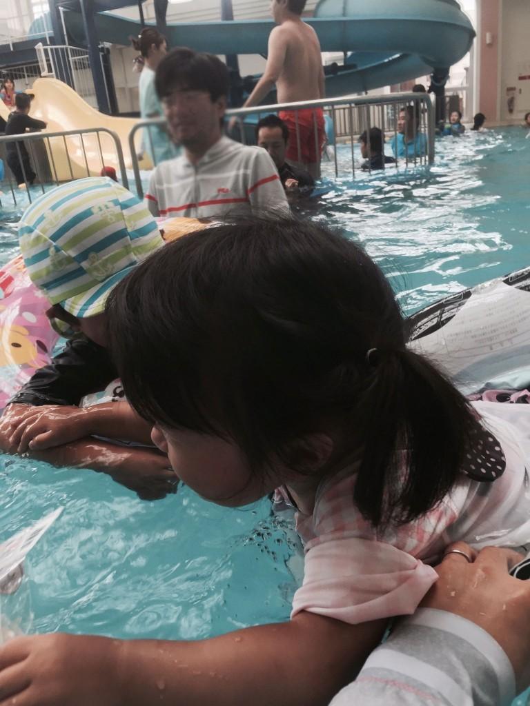 混雑する屋内プール