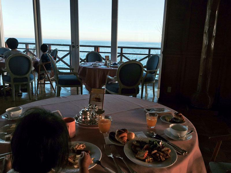テーブルより海を眺める